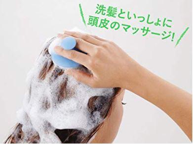 洗髪用のブラシで頭皮マッサージ